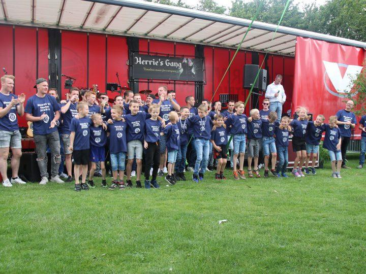 Kampioenen Blauw-Wit '81 gehuldigd tijdens Moers Pinksterweekend!